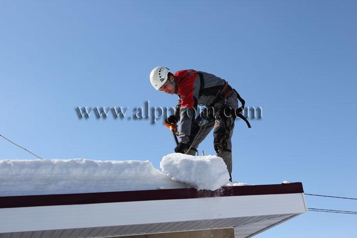 Сколько стоит уборка снега с крыш